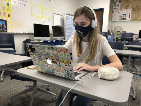 "During a break in class, freshman Elle Polychronis listens to a podcast. Actors and comedians Jason Bateman, Sean Hayes and Will Arnett released a podcast named ""SmartLess."""